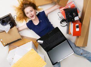 Vrouw blij met online shoppen